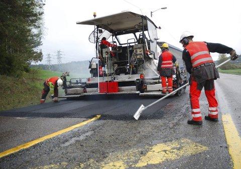 ASFALTERING: Vedlikehold av fylkesveiene er bare en av oppgaven som følger med, når Viken fra 1.januar får det fulle ansvaret for 545 mil med vei. Arkivfoto