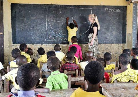 ÉN LÆRER - 60 BARN: Eline Gundersen Gjerde har de siste ni ukene hatt praksis som barnehagelærer i Ghana. Korona-utbruddet har fått henne til å avbryte praksisen og returnere til Norge.