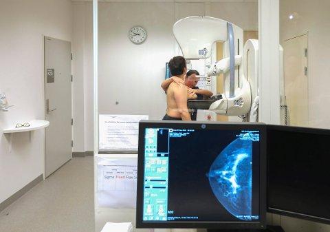 Flere studier hevder at mammografiprogrammet har lav effekt og høy overdiagnostikk. Kreftregisteret mener fordelene veier opp for ulempene.