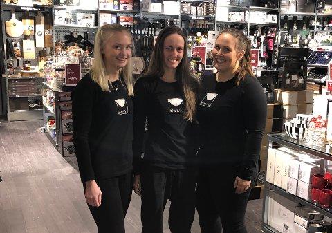Alt klart: Emilie Jensen Hafne (19), Sofie Seljelid (24) og butikksjef Mariell Lundmark (31) var innom butikken for å legge siste hånd på verket før torsdagens åpning, som de nå kan gruglede seg til uten å måtte stresse.