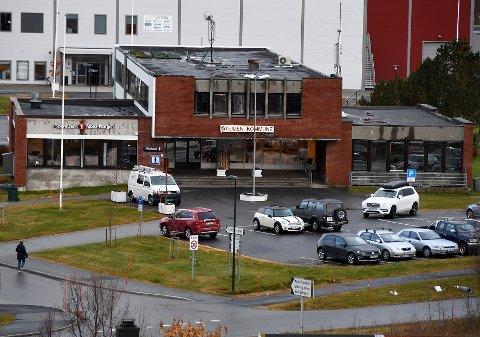 Vegg i vegg: Det tidligere bankbygget (t.v.) ligger vegg i vegg med rådhuset til Steigen kommune i Leinesfjord.