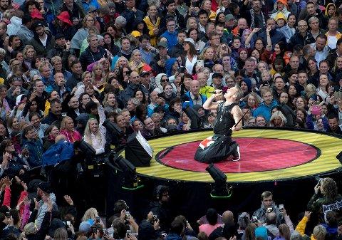 Robbie Williams skuffer ikke fansen med sitt spektakulære sceneshow på Koengen.