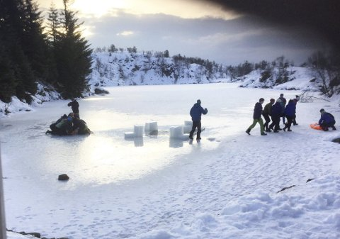 Alt rundt øvelsen «redning på isen» var så realistisk som mulig å få til. Her er nettopp de skadde hentet opp fra det iskalde vannet, og nå bærer det inn i hytten for å bli varm igjen. (Foto: ATLE BERGESEN)
