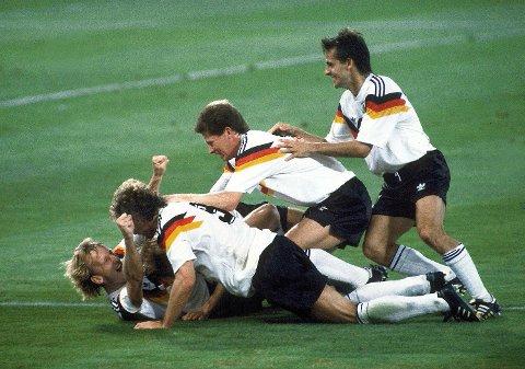 Vest-Tyskland vant VM i 1990, men ikke uten at en av lagets spillere hadde dummet seg ut. Her feirer Andreas Brehme 1-0-scoringen i finalen mot Argentina sammen med Jürgen Klinsmann (delvis skjult, Rudi Völler, Stefan Reuter og Pierre Littbarski. (Arkivfoto: NTB scanpix)