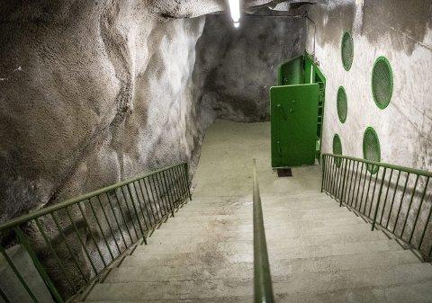 Tilfluktsrommet under Rothaugen er på mer enn 2000 kvadratmeter, og går over tre etasjer. Bildet viser trappen som går opp til tilfluktsrommets ene utgang, i nærheten av Rothaugen skole. Det er også en utgang i sykkeltunnelen i Sjøgaten. Det er imidlertid kun én inngang til tilfluktsrommet, som kan huse 1500 personer.