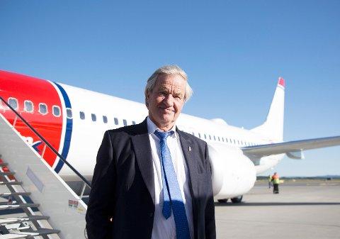 Bjørn Kjos foran Norwegians første Boeing 737 MAX-fly. Kjos tar selvkritikk på risikovurderingen rundt kjøpet.