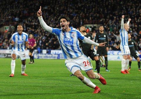 Vi tror at Huddersfield og Christopher Schindler får en god start i Championship. Her jubler han etter å ha scoret  mot Manchester City i 2017.  (AP Photo/Rui Vieira)