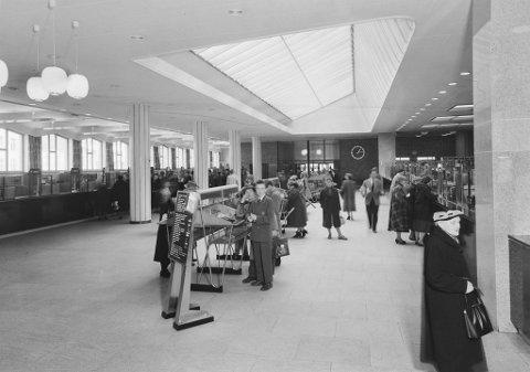 Frå opninga av Bergen Posthus i 1956. Publikumshallen er prega av dei 44 skrankane. Den framste nyvinninga kunne ein derimot ikkje sjå utanfrå – det lange rullebandet som bandt dette kjempehuset saman.