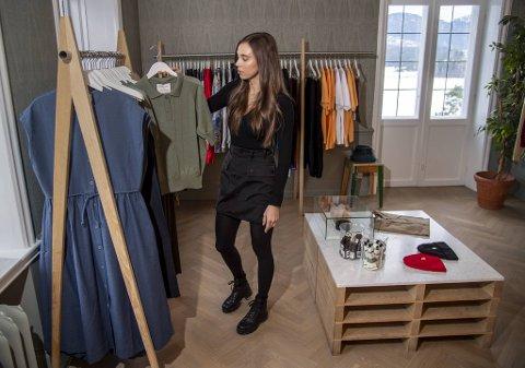 Julie Terkelsen i Skjoldnes Holding sier nettsalg vil ha hovedprioritet fremover, men kunder vil også få mulighet til å se og prøve klær her i Villa Skjoldnes.