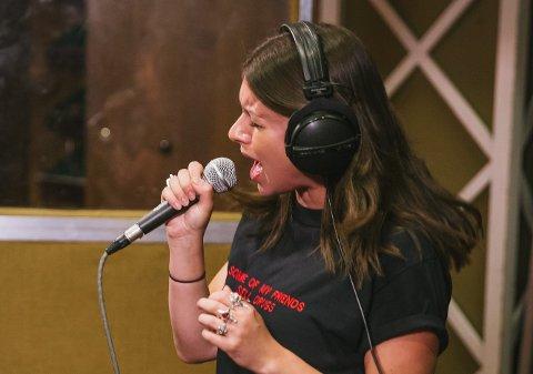 Nikki Brumen fra Melbourne flytter til Bergen så raskt verden åpner opp igjen - for å bli ny vokalist i Blood Command.