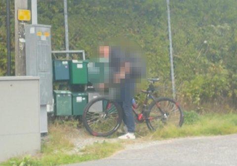 Mannen på sykkel kikket i flere postkasser.