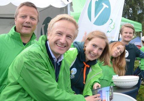 Vil kutte eiendomsskatten: Jan Erik Søndeland, her på valgkamp på Judaberg i august, sier at Venstre vil fremme forslag om gradvis å sette eiendomsskatten til null. Partiet vil bare bruke den når det er strengt tatt nødvendig.