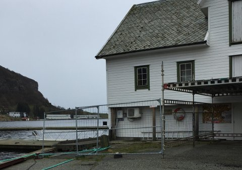 Avsperret: Hvor lenge skal gjestehavna i Vikevåg sentrum være avsperret på denne måten? lurer Vikevåg båtforening på.