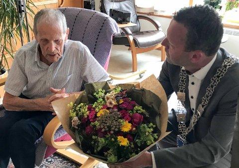 100 år: Karl Fjetland, her sammen med ordfører Jarle Bø.