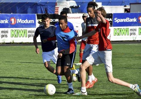 FULL FART: På treninga på Tangen. Spillende trener Brahim Boustta er nummer tre fra venstre.