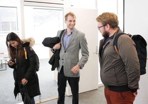 SKRIV OM EGERSUND: Masterstudenten Joachim Enoksen (midten) ser føre seg Egersund som ein hydrogenby. Her er han i lag med Khatireh Ibrahimi og Christer Skretting, som òg er studentar ved Universitetet i Stavanger.