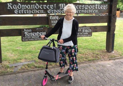 """PÅ SPARKESYKKEL: Sparkesykkelen er """"bilen"""" til Ragnhild Feyling. Biletet er frå i fjor sommar, då ho feira 70-årsdagen i den tyske småbyen Wlgermis, der tipp-tipp oldefaren kom frå. Ho sparka dei første 52 mila heimover mot Noreg."""