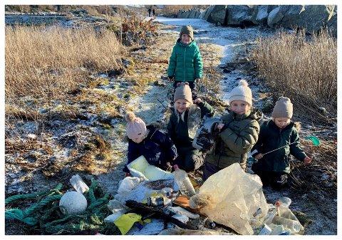 """UVÆR LA INGEN SØPPEL: Søskenbarna fant mye søppel etter at """"Frank"""" slo store bølger inn over land. Bak: Noah Hetland Dybing. Framme fra venstre: Mia Hetland Dybing, Emmy Larsen, Ella Hetland Dybing og Maya Larsen."""