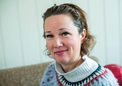 – ABSURD: – Plutselig satt vi på flyet med tre unger og 100 kilo bagasje. Ungene kunne ikke ett ord engelsk, forteller Kristine Storli Henningsen (46), kjent for mange som bloggeren «Antisupermamma».