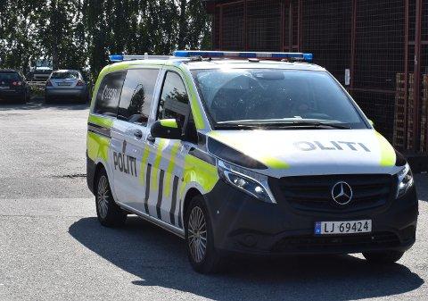 Politiet var tilstede på Bama Industrier på Lierstranda lørdag, i forbindelse med en ulykke.,