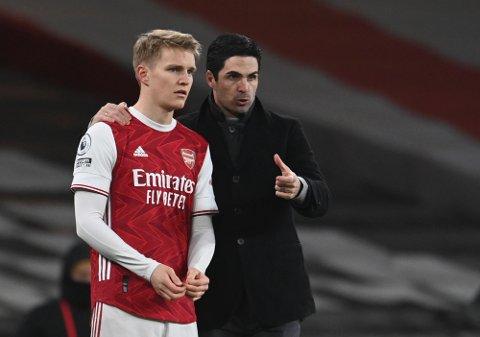 Arsenal's manager Mikel Arteta, gir instruksjoner til Martin Ødegaard i kampen mellom Arsenal og Manchester United 30. januar i år.