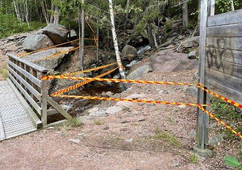 SPERREBÅND: Kommunen har sperret av inngangen til Kjøsterudjuvet etter at steinfall ble oppdaget tirsdag formiddag.