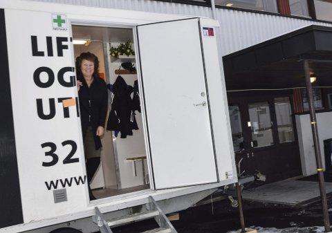 Nytt kontor: Med post it lapp hvor det står helsesøster, har Sølvi  Fossberg-Werner fått en nytt midlertidig «krypinn» på to hjul.