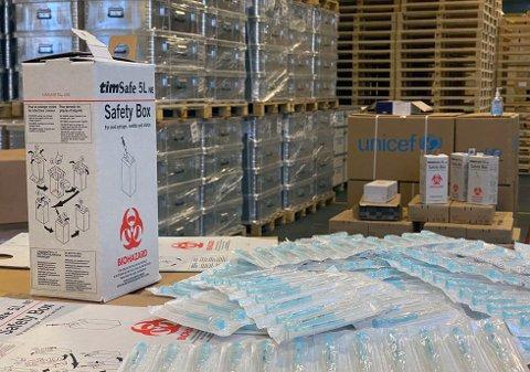 Sprøyter og trygge avfallsbokser er noe av utstyret UNICEF sender ut til hele verden fra lageret i København, i forberedelse av covid-19-vaksinen. Foto: UNICEF