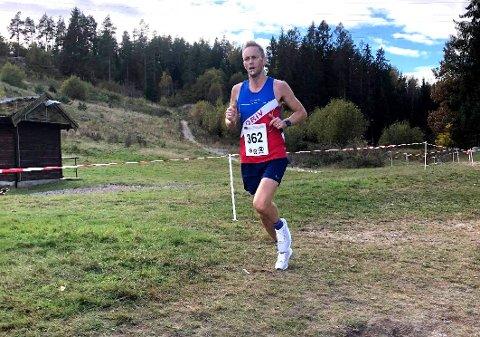 SØLV: Roger Thompson løp inn til NM-sølv og satte med det sluttstrek for en veldig god sesong.