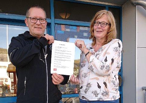 Tor Mikkola, Senterpartiets ordførerkandidat i Nordkapp, holder frem Ordførerløftet sammen med Marith Bakkevold fra Fagforbundet.