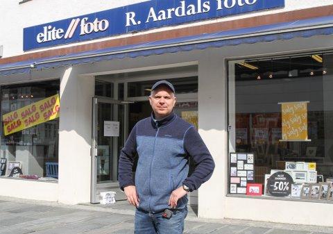 Laurdag er siste opningsdag for Aardals Foto i Strandgata. Etter 26 år i butikken skal Egil Aardal no øve seg på å ta ferie.