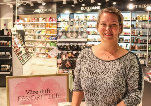 AUKA: Anne Elin Bårdsen på Vita Exclusive på Amfi-senteret seier seg svært nøgd med sommaren. Turistane har lagt igjen mykje pengar, og mangelen på taxfree-handel har sendt mennene innom etter parfyme og deodorant - dei klassiske taxfree-kjøpa.