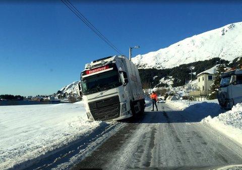 HOLKE: Det  er isete vegar og her har ein lastebil frå Transferd sklidd ut forbi vegen.