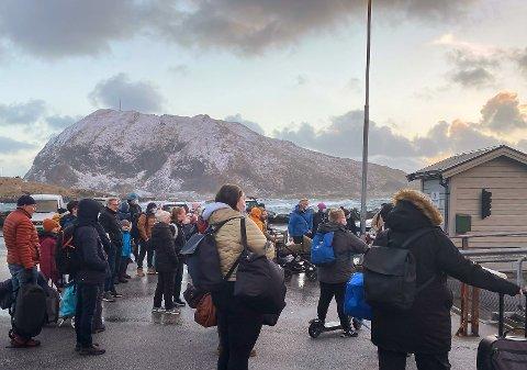 SPENNING: Folk ventar på båten i Rognaldsvåg 2. påskedag. Mellom 50 og 60 personar stod på kaia.