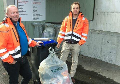 NYE PRISAR: Etter nyttår lønnar det seg å gå over til mindre søppeldunkar. Arne Øvrebø (t.v.) og Henning Tjørhom på Sunnfjord Miljøverk.