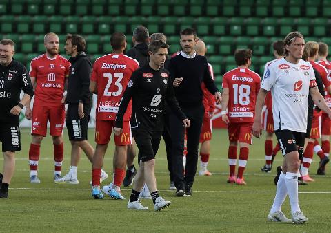 12 mot 11: Fredrikstad spelte 12 mot 11 i overtidstida i 2–1 sigeren over Sogndal. –Det heng ikkje på greip, seier Eirik Bakke.