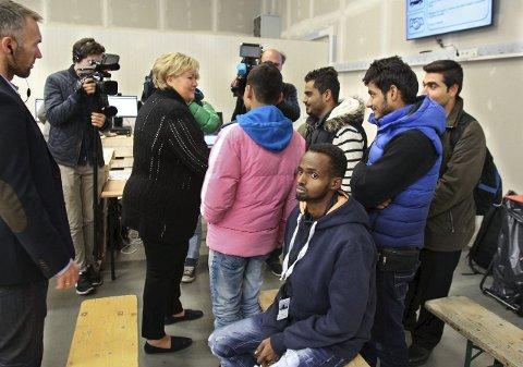 Økte bosetningsbehov: Her er statsminister Erna Solberg på besøk på mottakssenteret for asylsøkere i Råde. Foto: Geir Hansen/Moss Avis