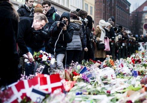 BLOMSTERHAV: Utenriksminister Børge Brende la ned blomster utenfor synagogen i Krystalgade i København mandag.