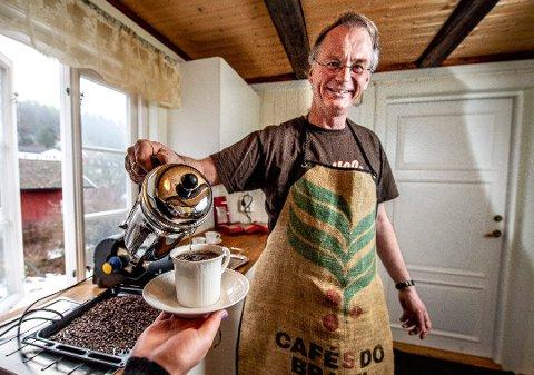 Politiker og kaffebrenner: Den nyvalgte Høyre-leder Eivind Leister kan også kalle seg for kaffebrenner fra Kjevelsrød gård, som ligger på østsiden av Seutelva ved Kjølberg bru. (Arkivfoto:  Geir A. Carlsson)