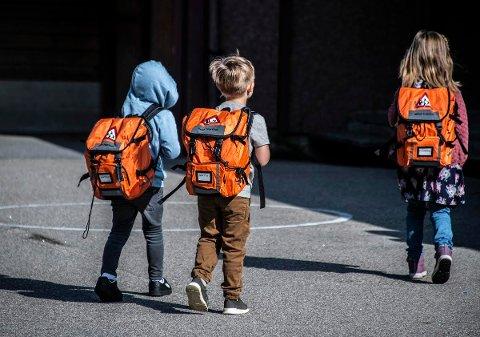 NEI TIL GRENSE PÅ TI MINUTTER: Politikerne er ganske enige i at det er bra for barn å gå til skolen, men er uenige i at det skal settes en maks-grense på ti minutters gangavstand til skolen for nye boligprosjekter. Barna på bildet hadde for øvrig sin første skoledag på Nylende skole denne uken.