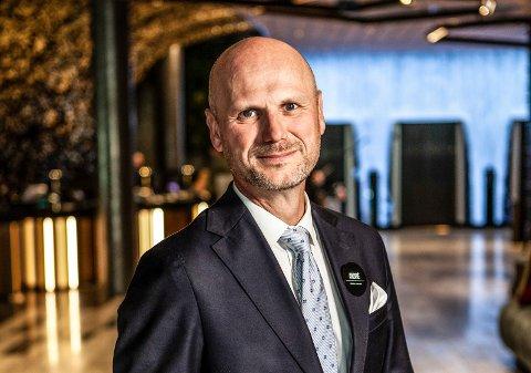 NY TV-SERIE: I den nye TV-serien «Hotelleventyret» er André Schreiner fra Sarpsborg en av de hotellansatte som blir fulgt tett av kameraene.