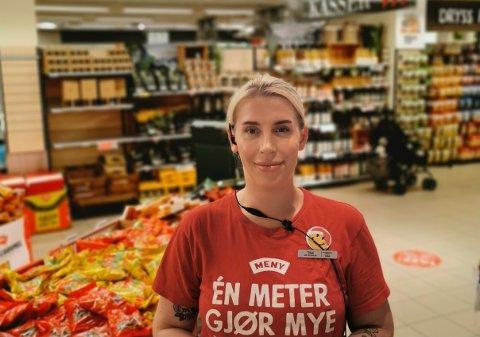 NY VARE: Tonje Martinsen er assisterende butikksjef hos Meny Farmandstredet og i år tok de inn noe nytt i ferskvareavdelingen som slo an hos kundene.