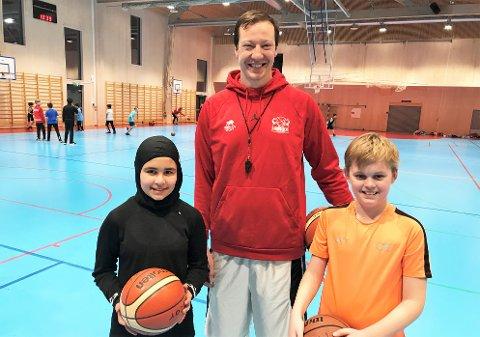 KURV: Aasiya Faqiri (12), Jan Stobbe (36) og Magnus Fjellstad (10) er samstemte - basket er gøy!