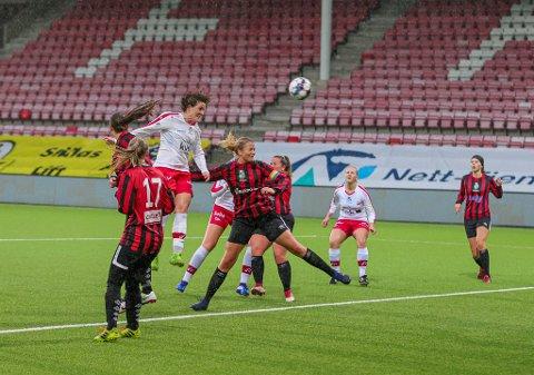 STRÅLENDE DEBUT: Isabell Herlovsen viste ingen nåde mot Tistedalen søndag kveld. Med tre scoringer viste 33-åringen at hun fortsatt holder et skyhøyt nivå.
