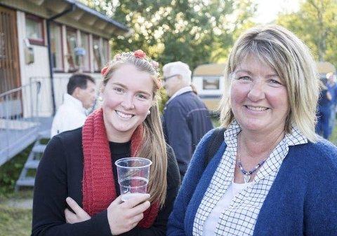 Endelig: – I år fikk vi endelig billetter, smiler Marie Dragland Johansen (22) og Åshild Dragland Johansen (57).