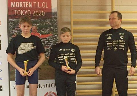 Benjamin Rognmo (14) tok gull og Thomas Nybakken (13) fra Narvik tok sølv i Bodø Cup i bryting lørdag.