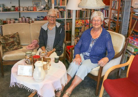 Martha Schanke Gilje, til venstre, og Rakel Søyland har planer om å flytte gjenbruksbutikken.