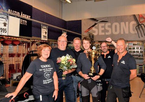 Arnt Undem er godt fornøyd med sine ansatte. Til stede på bildet er: Torill Idland (f.v.), Jan Selland, Arnt Undem, Jon Kristian Nilsen, Lars Arne Ueland og Trond Øvstebø.