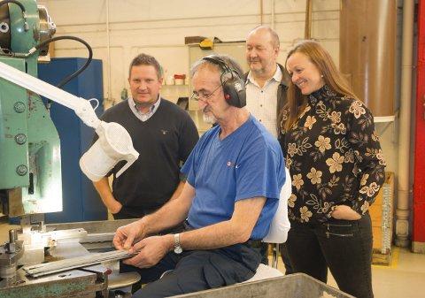I PRODUKSJONEN: Juso Koric er en av fabrikkmedarbeiderne som  kan glede seg over at det går så det suser hos Glamox Luxo på Kirkenær. Produksjonssjef Jan Brattli (fra venstre), påtroppende fabrikksjef Jan Hultmann og inkubatorrådgiver Ida Huse Gulbrandsen i Hedmark kunnskapspark gleder seg over at Kirkenær-bedriften i disse dager henter tilbake oppdrag fra Kina. ALLE FOTO: PER HÅKON PETTERSEN