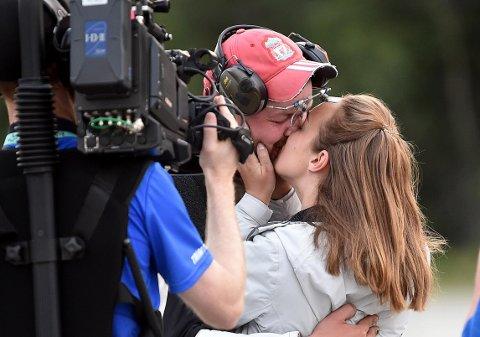 TRØST: Daniel Sørli ble møtt av kjæresten Therese Maristad da drømmen om en ny Kongetittel brast.